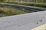 Foto der Tafel am Gedenkort denk.mal Hannoverscher Bahnhof mit Steinen