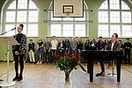 Foto von SchülerInnen, die sich an der Gedenkfeier beteiligten
