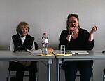Foto von Marianne Wilke und Ulrike Jensen während des Zeitzeugengesprächs