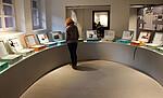 Foto des Ausstellungsraums mit den Biografien der Kinder in der Gedenkstätte Bullenhuser Damm. Foto: KZ-Gedenkstätte Neuengamme, 2012.