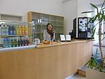 Maike Claussen (Fachkraft für Arbeits-und Berufsförderung) in der Cafeteria