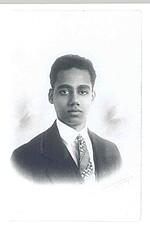 Waldemar Nods, geb. 1908 in der niederländischen Kolonie Surinam, kam 1944 ins KZ Neuengamme, weil seine Frau und er in ihrer niederländischen Pension jüdische Flüchtlinge versteckt hatten. Er starb Anfang Mai 1945 vor der Befreiung. ANg F 2005-2894