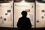 Ein Besucher der Ausstellung vor einem der Plakate