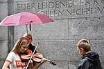 Foto einer Geigenspielerin am Mahnmal