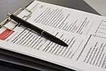 Foto eines Fragebogens mit einem Kugelschreiber auf einem Klemmbrett