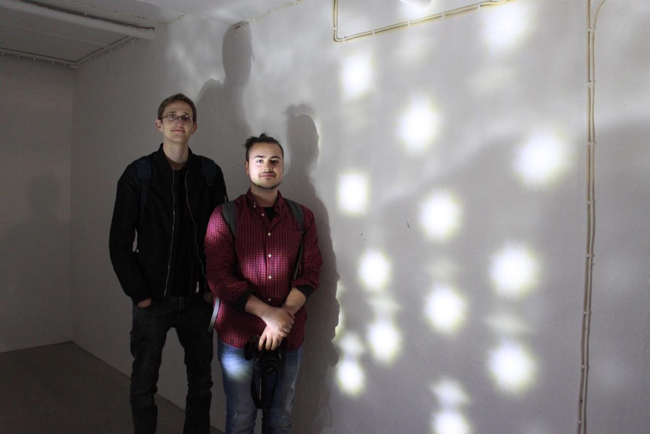 Mika Loog und Jonas Lazzarini vor ihrer Lichtinstallation in der Gedenkstätte am Bullenhuser Damm. Foto: Anne Meyer, 2016